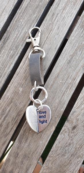 מחזיק מפתחות לב,מחזיק מפתחות לב חצוי,מחזיק מפתחות מעוצב,מחזיק מפתחות מעוצב אישית,מחזיק מפתחות מעור,mfcollection,מעצבת תכשיטים,מיה פינקלשטיין,מתנות סוף שנה