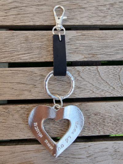 מחזיק מפתחות לב,מחזיק מפתחות לב חצוי,מחזיק מפתחות מעוצב,מחזיק מפתחות מעוצב אישית,מחזיק מפתחות מעור,mfcollection,מעצבת תכשיטים,מיה פינקלשטיין,מתנות סוף שנה,תעשי רק מה שאת אוהבת